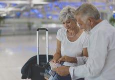 Scène de déplacement d'aéroport de couples supérieurs Photos stock