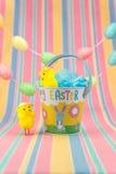 Scène de fête de Pâques avec les poussins et le seau vertical Copiez l'espace Photos stock