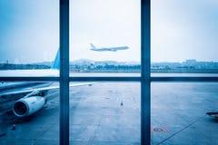Scène de fenêtre d'aéroport Photographie stock libre de droits