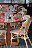 Scène de invitation des tables classieuses et des chaises sur le patio extérieur Photo libre de droits
