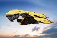 Scène de la science-fiction d'un vol futuriste de bateau par l'atmosphère. Photographie stock libre de droits