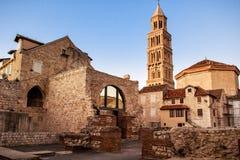 Scène de la vieille ville de la fente et de la vue de la vieille tour de cloche Photos libres de droits