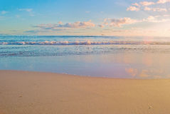 Scène de lever de soleil de plage, océan photos stock