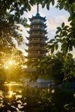 Scène de lever de soleil au-dessus de la pagoda à Guilin, Chine Photographie stock libre de droits
