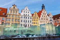 Scène de matin avec la fontaine sur la place du marché de Wroclaw photos libres de droits
