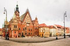 Scène de matin sur la place du marché de Wroclaw avec hôtel de ville Paysage urbain en capitale historique de la Silésie, Pologne photo libre de droits