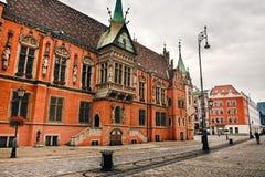Scène de matin sur la place du marché de Wroclaw avec hôtel de ville Paysage urbain en capitale historique de la Silésie, Pologne photo stock