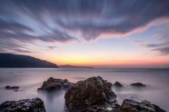 Scène de mer avec la roche dans le premier plan Images stock