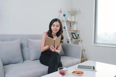 Scène de mode de vie de jeune journal asiatique attrayant d'écriture de femme photographie stock