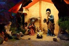 Scène de nativité de Noël avec des figurines comprenant Jésus, Mary, Joseph, et moutons Photographie stock libre de droits