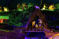 Scène de nativité de Noël avec des figurines comprenant Jésus, Mary, Joseph, et moutons Images libres de droits