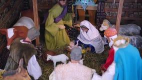 Scène de nativité de Noël dans une église chrétienne banque de vidéos