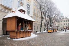 Scène de nativité de Noël sur la place neigeuse du marché Photographie stock libre de droits