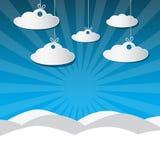 Scène de neige d'hiver avec les nuages de papier, ciel bleu Photo libre de droits