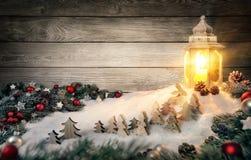 Scène de Noël dans la lumière chaude de bougie d'une lanterne photos stock