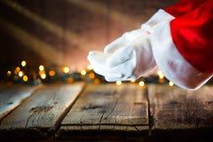 Scène de Noël Santa Claus montrant l'espace vide de copie sur la paume ouverte de mains pour le texte Photos stock