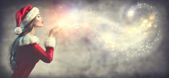 Scène de Noël Santa sexy Jeune femme de brune dans la neige de soufflement de costume de partie photos stock