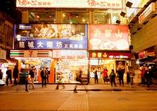 Scène de nuit avec la foule des personnes de marche et les shocases des magasins Photographie stock