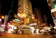 Scène de nuit avec la foule des personnes et des panneaux d'affichage de marche des magasins Images stock