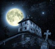 Scène de nuit avec la maison hantée Images stock