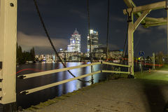 Scène de nuit avec le pont-levis à la rivière d'Amstel à Amsterdam Photo libre de droits