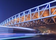 Scène de nuit avec le pont piétonnier lumineux et trafic dans la tache floue de mouvement, Pékin, Chine Images stock