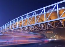 Scène de nuit avec le pont piétonnier lumineux et trafic dans la tache floue de mouvement, Pékin, Chine Photo libre de droits