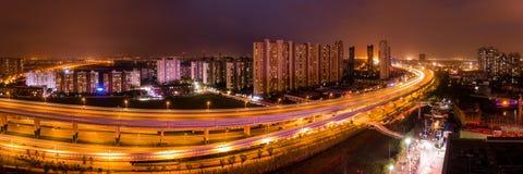 Scène de nuit d'environnement chinois de ville avec l'appartement et l'Expre image stock