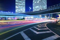 Scène de nuit d'omnibus de paysage urbain de passage supérieur d'arc-en-ciel photo libre de droits