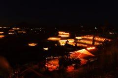 Scène de nuit d'une vallée dans Dalat avec les serres chaudes pour planter des fleurs et des légumes image libre de droits
