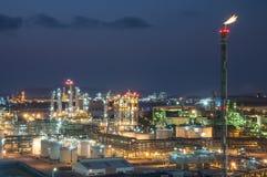 Scène de nuit d'usine chimique Photos libres de droits