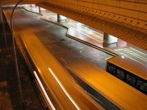 Scène de nuit dans l'échange de bus Image libre de droits