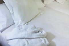 Scène de nuit dans la chambre d'hôtel : lit frais préparé Photographie stock