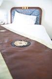 Scène de nuit dans la chambre d'hôtel : lit frais préparé Images libres de droits