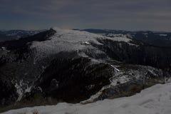 Scène de nuit dans le paysage de montagne d'hiver Image stock