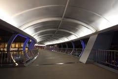 Scène de nuit de beau pont de croisement de route de passage supérieur d'éclairage Images stock