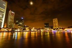 Scène de nuit de Colorfull de rivière de Singapour, question de Clark Photographie stock libre de droits