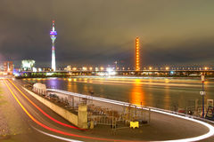 scène de nuit de Dusseldorf Allemagne Image stock