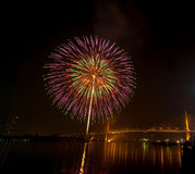 Scène de nuit de feux d'artifice de bonne année, rivière vi de paysage urbain de Bangkok Photos libres de droits