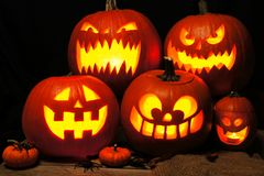 Scène de nuit de Halloween avec les lanternes fantasmagoriques de Jack o Photographie stock libre de droits