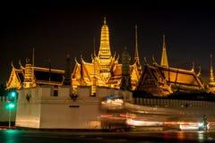 Scène de nuit de kaew de pha de Wat avec la lumière d'exposition Photographie stock libre de droits
