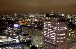 Scène de nuit de Londres, immeubles de bureaux jaunes canari de quai Photographie stock