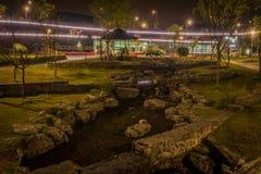 Scène de nuit de petit courant avec de grandes pierres Photos libres de droits