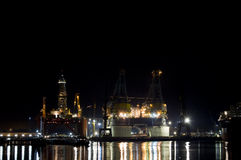 Scène de nuit de raffinerie de pétrole Photographie stock libre de droits