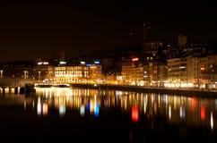 Scène de nuit de rivière de Zurich, devant la station de central de Zurich Photographie stock