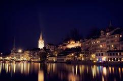 Scène de nuit de rivière de Zurich, devant la station de central de Zurich Photo libre de droits