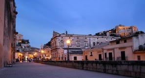 Scène de nuit de ville de Scicli Photos stock