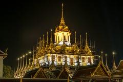 Scène de nuit de Wat Ratchanatda sur le fond foncé Image libre de droits