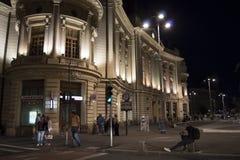 Scène de nuit des personnes flânant près du central photo libre de droits