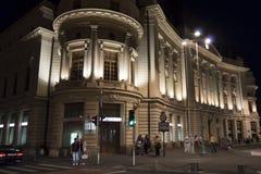 Scène de nuit des personnes flânant près du central photo stock